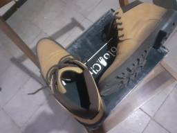 Sapato tipo bota meio cano