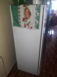 Vendo essa geladeira bem conservada valor r$ 200