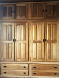 Armario em madeira maciça