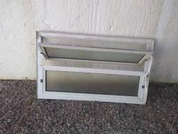 Porta de alumínio com forra e basculante de alumínio com forra.
