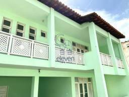 Duas casas germinadas com oito quartos, localizadas em rua tranquilo no bairro de Piatã. c