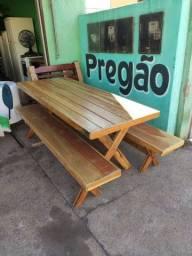 Mesa de madeira maciça com 2 banco
