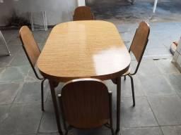 Mesa toda em Madeira revestida em fórmica bem nova sem detalhes