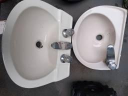 2 Pia de banheiro uma com duas torneira