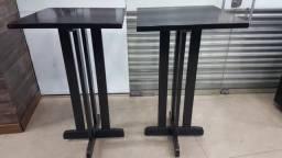 Mesas de madeiras pretas altas