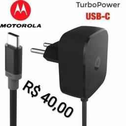 Carregador Motorola e fone de ouvido estéreo