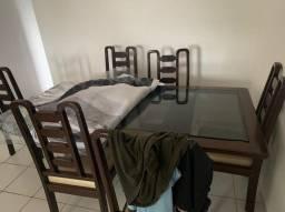 Mesa de madeira com 6 cadeiras em perfeito estado.
