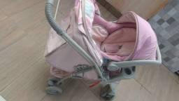 Carrinho de bebê com bebê conforto.