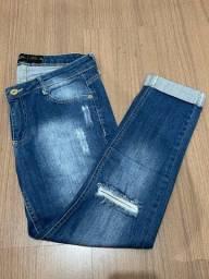 Calça jeans cropped rasgada