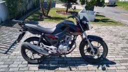 Carro antigo e moto por Harley