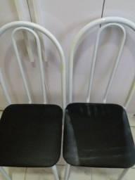 Jogo de cadeira 4 com marcas de uso.