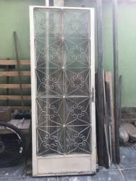 Porta de ferro com abertura em vidro canelado
