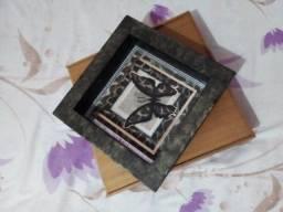 Caixa de Madeira com divisorias e Quadros