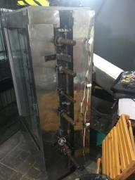 Máquina de frango com mesinha para apoio