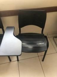 Cadeira universitária preta semi nova
