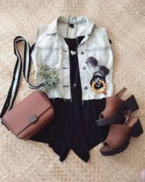 Colete jeans, Macaquinho e Sandália