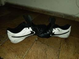 Chuteira society da Nike de couro