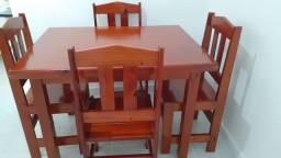 mesa com 4 cadeiras em madeira maciça seminova