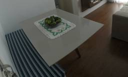 Vendo mesa retangular com pés de madeira e tampo de vidro laca