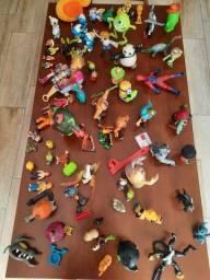 100 brinquedos de personagens.
