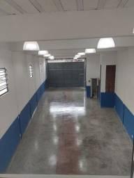 Aluga se salão de 150 metros quadrados com trifásico e três banheiros.Aceito oferta