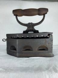 Ferro antigo de passar roupa à brasa
