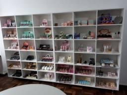 Prateleiras loja de cosméticos e afins