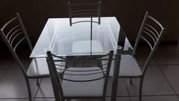 Mesa e cadeiras