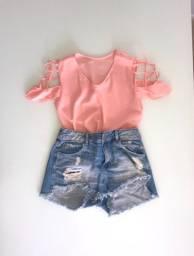 Blusa cor de rosa com detalhe no ombro