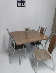 Mesa com 4 cadeiras semi nova sem nenhum detalhe!