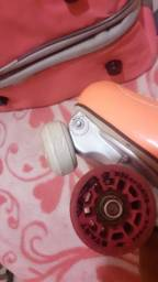 Vendo este patins rye rosa por 500 reais . Com a bolsa e o capacete rosa 600