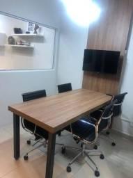 Mesa de reunião com painel