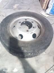 Pneu Pirelli Ford cargo 215/75 R 17,5 com a roda