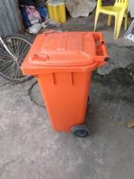 Vende se um carrinho para retirada de lixo