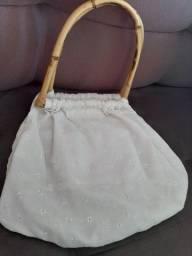Bolsa em tecido branco com cabo de madeira com bolso interno