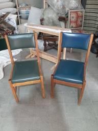 30 cadeiras em madeira, forrada com corino.