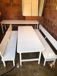 Mesas com bancos e encosto cor branco de refeitório infantil