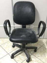 Cadeira courino com rodas preta