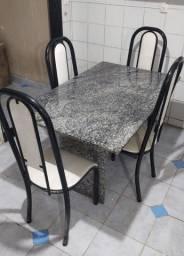 Mesa em ótimo estado com 4 cadeiras Vende se