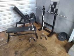 Anilhas, barras e bancos para musculação