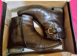 Vendo um par de botas de couro