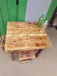 Mesa com 4 bancos, feitos de paletes, envernizados<br>
