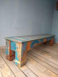 Banco em madeira de demolição.