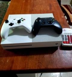 Xbox one com 2 controles e 7 jogos.