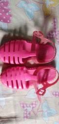 Vendo uma sandália infantil da Barbie