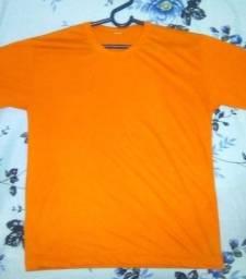 2 camisetas lisas verde musgo e laranja