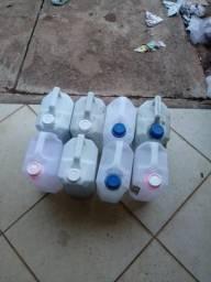 Galões de cinco litros