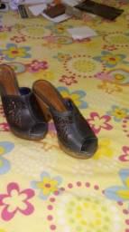 Dois sapatos lindos de salto vendo os dois por 1oo reais