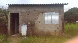 Terreno de 10x50 em Peruíbe com casa com quarto, sala e cozinha.