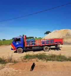 Caminhão de gás e água mineral